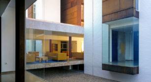 ladrillo blanco vidrio y acero en residencia universitaria ciudad real